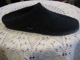 Herrtoffel.  Ren, ny ull reglerar temperaturen i toffeln, uppbyggd i hålfoten. Tvättbar, halkfri sula.