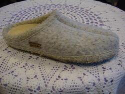 Damtoffel. Ren ny mohair-ull reglerar temperaturen i toffeln. Tvättbar, uppbyggd i hålfoten, halkfri sula