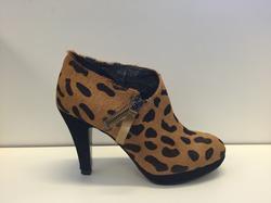 """""""Leopard""""-mönstrad finsko med en liten dragkedja på sidan."""