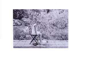 Plansch flicka i fotbad trädgård svart/vit