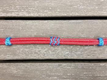 Halsring med knopjustering och dekorativa knopar