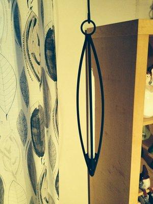 Hängljusstake i svart smide med plats för ett kronljus från Spegels