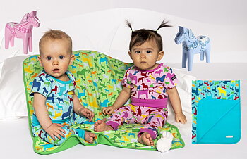 Barnfilt med dalahästar och dophäst med personlig text - Välj mellan flera olika färgkombinationer