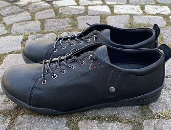 Sneakers från   Charlotte of Sweden,  svart med svart sula
