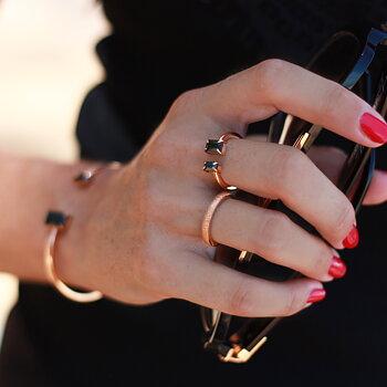 Öppen cocktailring i rosé med svarta smaragdslipade stenar