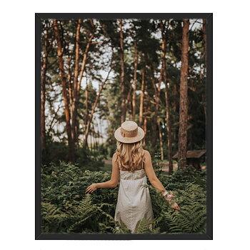Magisk bild på en tjej i skogen