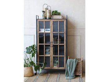 Plåtskåp med dörrar i trä och glas