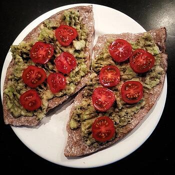 Knäcke med avokado och tomat