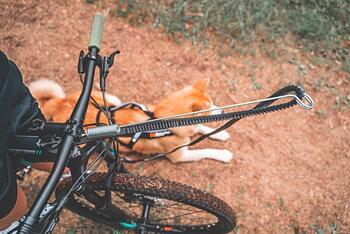 Non-stop dragfäste för cykel/sparkcykel