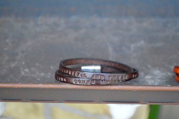 Läderarmband med text, Mörk Brun.