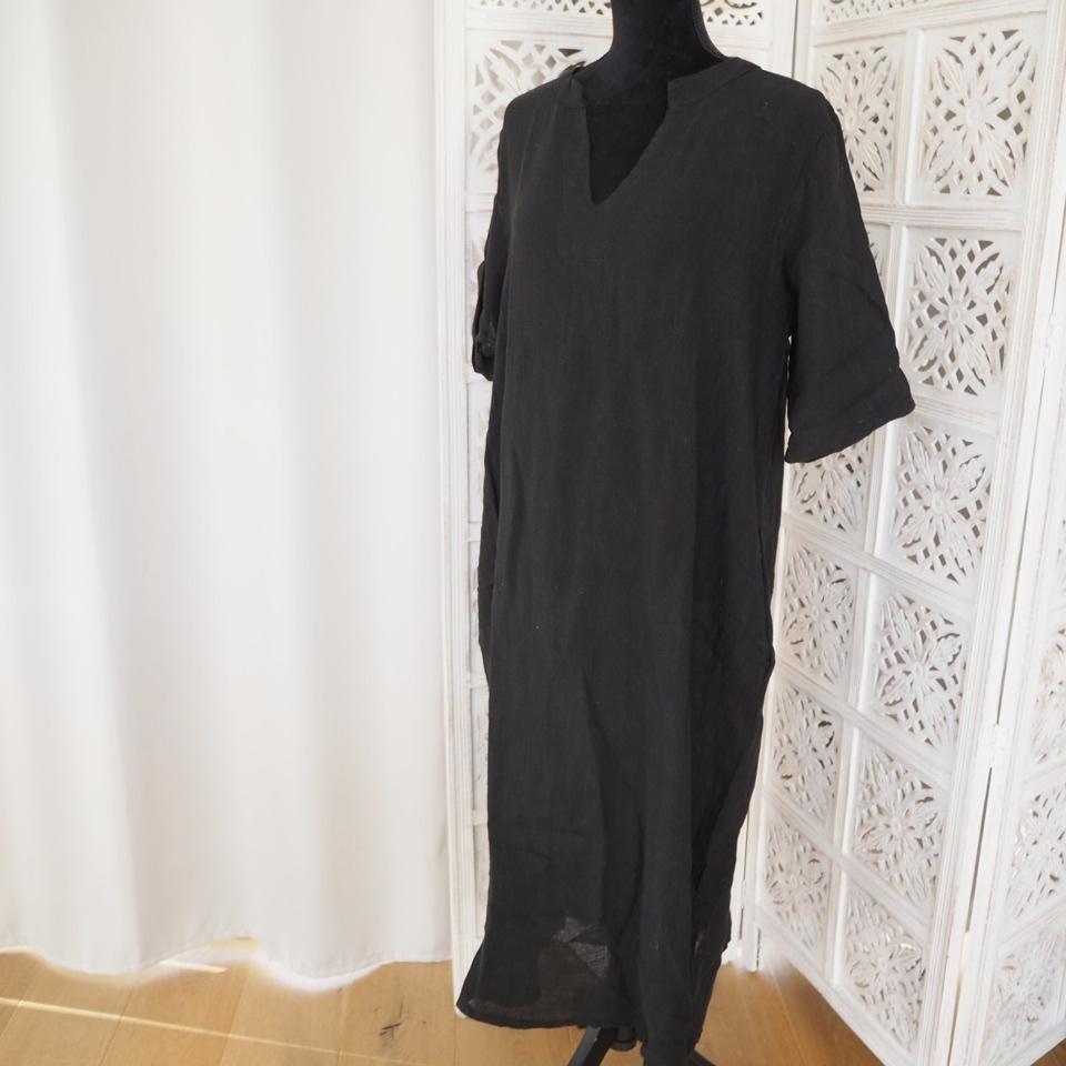 Vacker svart klänningtunika