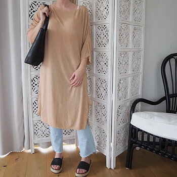 Tunnstickad klänning/tunika One Size LJUS CAMEL - Stajl Agenturer