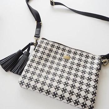 Väska Stile Cross Bag Logo VIT/SVART - Pipol´s Bazaar