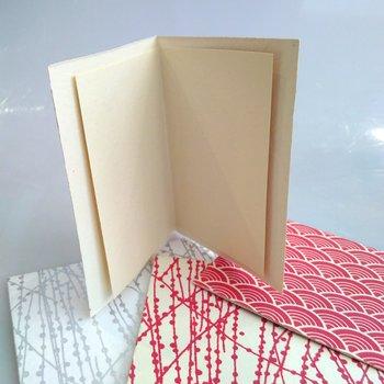 Dubbelt kort med kuvert röda vågor