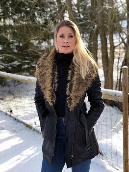 Gunn Britt Svart - Dam skinnjacka, lång modell med avtagbart fuskpälskrage