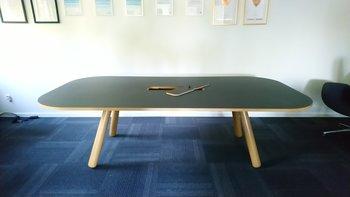 Konferensbord med kabellucka och uppsamlare - 250 cm