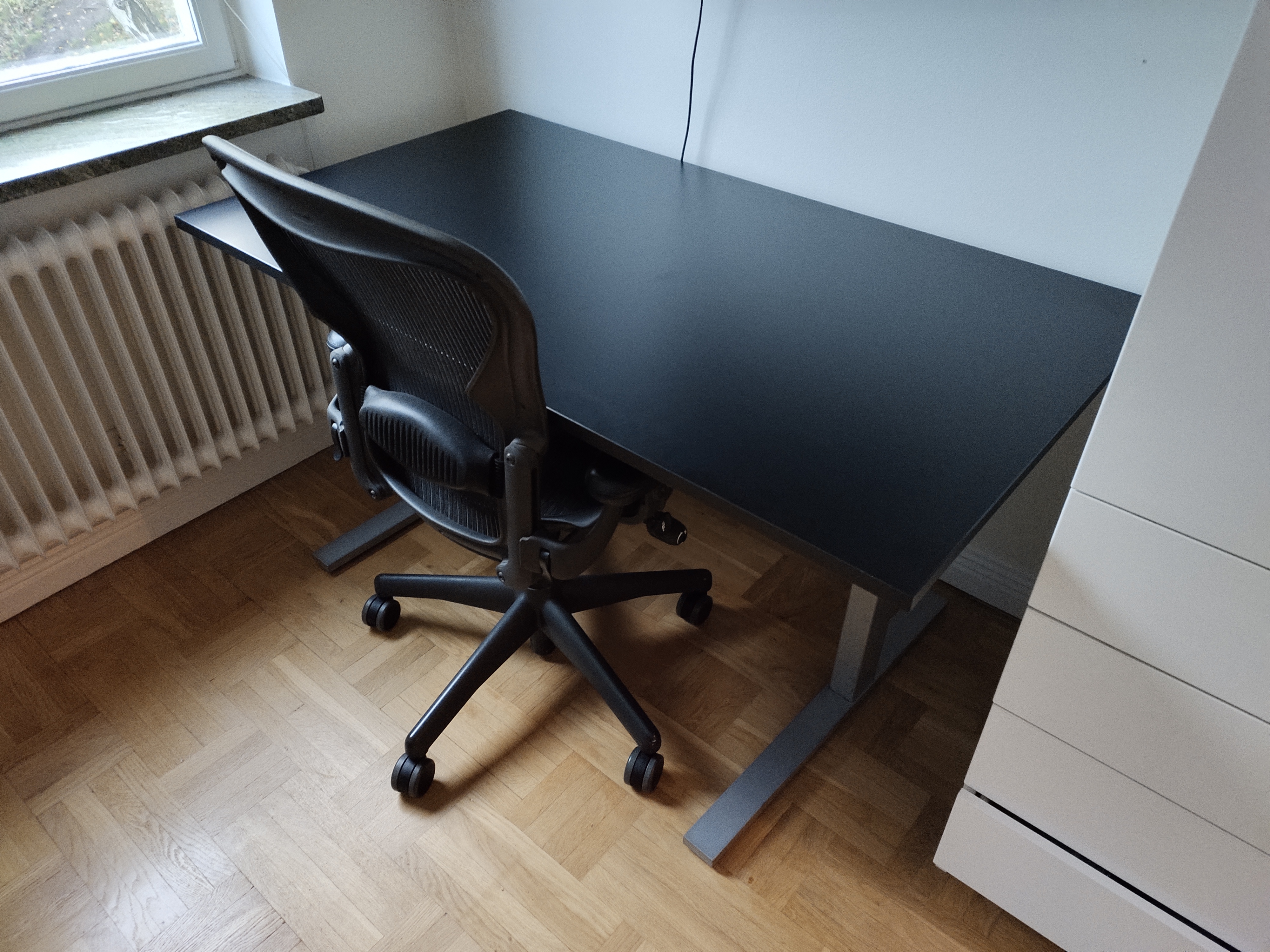 Fixed Desk With Black Table Top 140 X 80 Cm