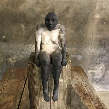 'Stelä' Kvinna med dinglade ben