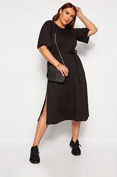 Klassisk svart klänning med slits