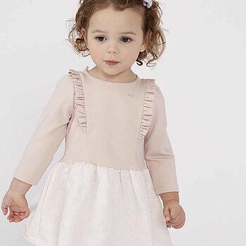 Beige klänning med volang och spetsbeklädd kjol