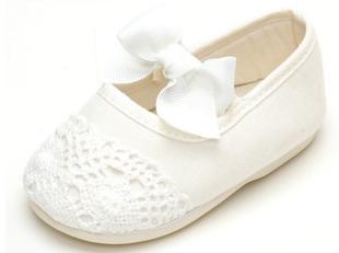 Vita skor med spets och rosett