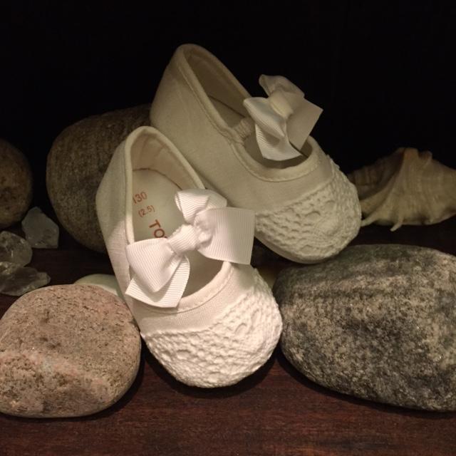 Vita skor med spets och rosett för barn prinsessklanningar.se
