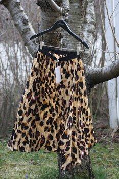 Kamelfärgad kjol med leo print