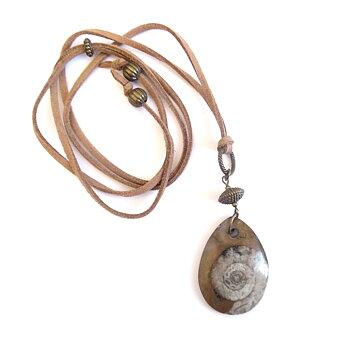 Halsband med fossil sten