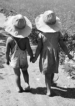 S/V : Holding hands 1930s - Kort med kuvert