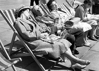 S/V : Snoozing in Deckchairs on the Brighton's Seafront 1959 - Kort med kuvert