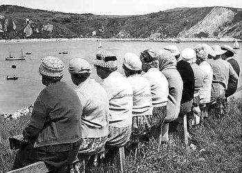 S/V : The Knitting Circle's Outing to Lulworth Cove, Dorset 1950s - Kort med kuvert