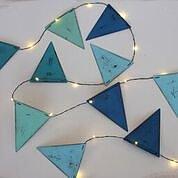 Ljusslinga med LED ljus med blåfärgade metallflaggor
