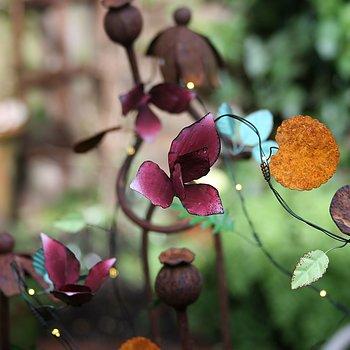 Handgjord ljusslinga med små blommor