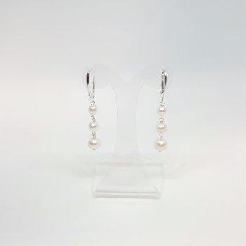 Örhänge med vit pärlor på rad